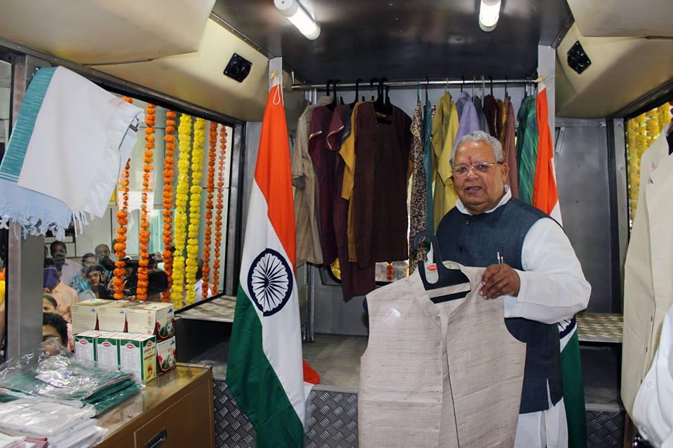 देवरिया, उत्तर प्रदेश में खादी एवं ग्रामोद्योग बोर्ड द्वारा आयोजित खादी वस्त्रों की प्रदर्शनी का उद्घाटन करने के बाद वस्त्रों का अवलोकन करते हुए मा. सू.ल.म. उद्यम मंत्री श्री कलराज मिश्र।