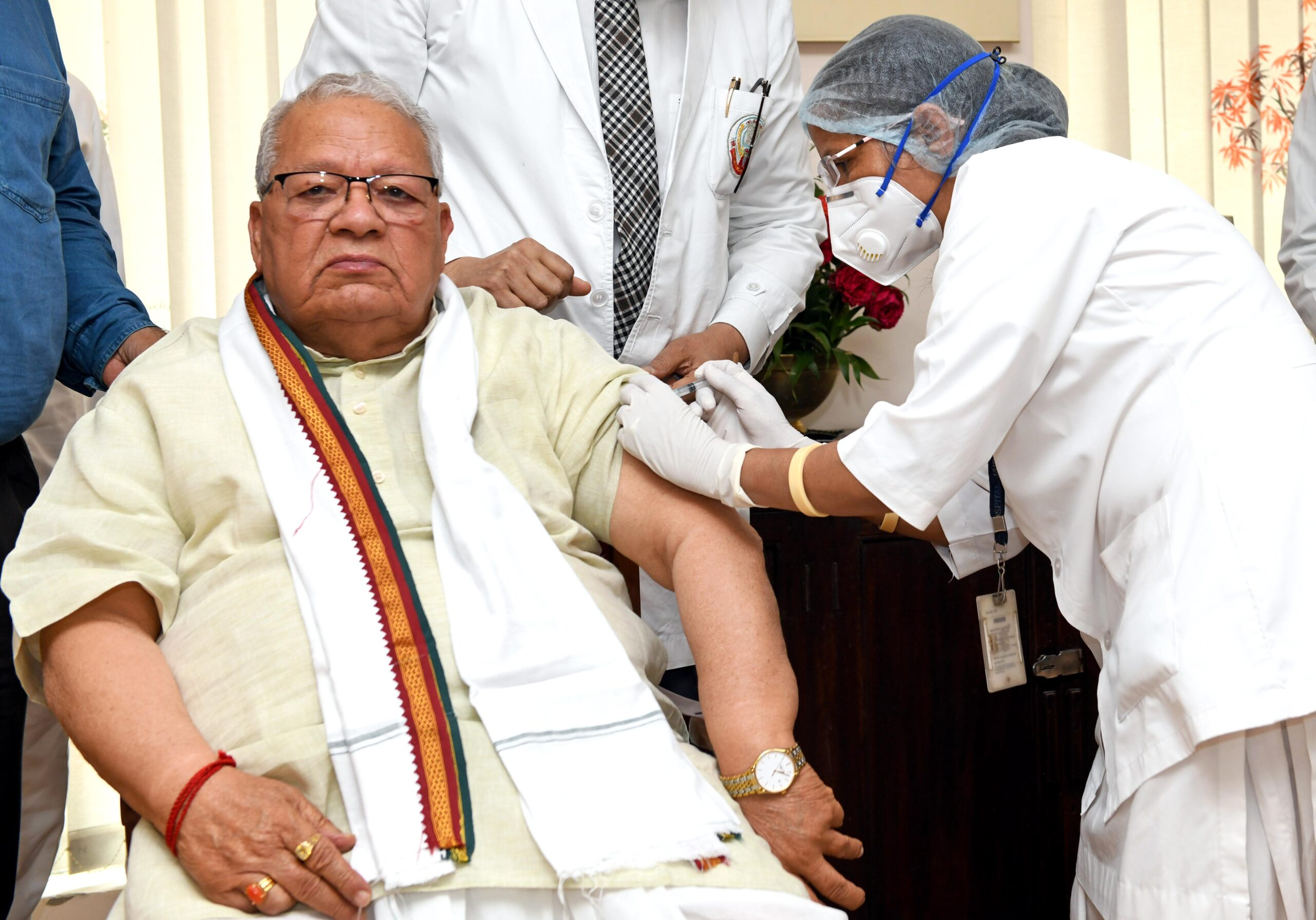 राज्यपाल श्री मिश्र ने लगवाई कोविड-19 टीके की पहली खुराक
